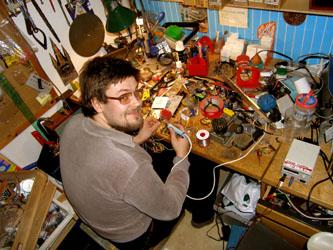 Olli Suorlahti kotilaboratoriossaan