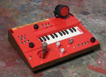 Harri Vähänissin kahdesta lelurumpukoneesta, kosketinsoittimesta ja peliohjaimesta rakentama äänilaite